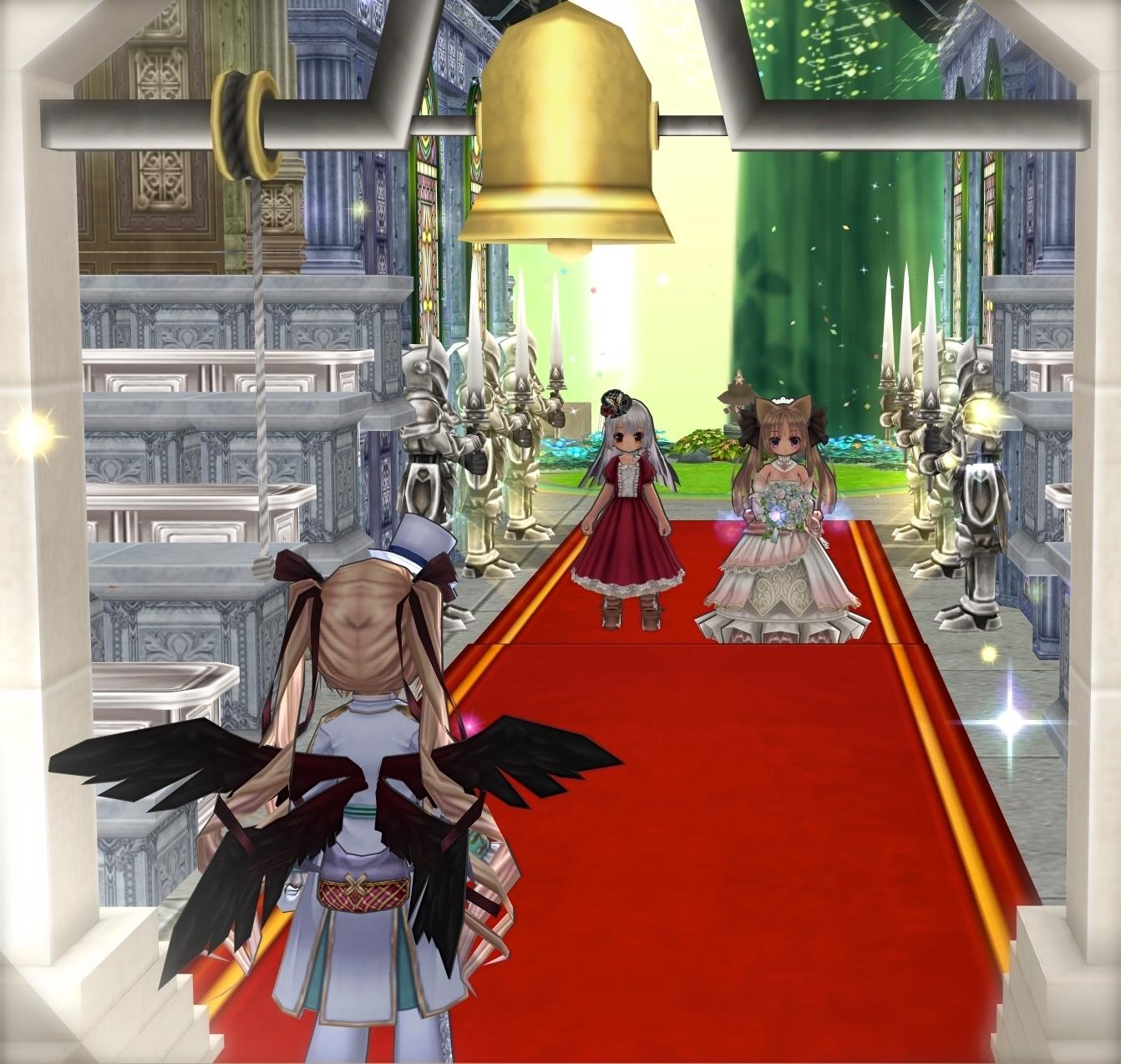 07_鐘の下にて、新婦を待つ新郎と、歩む新婦と母