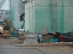 緑色は飛散防止剤 シルバーの箱がサブドレンポンプ
