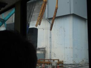 色が薄い所が本来の4号機原子炉建屋 上部 燃料取出しカバー