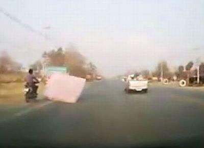 ขับมอเตอร์ไซค์อยู่ดีๆ ที่นอนปลิวมาจากกระบะ ชนจนล้มคว่ำ