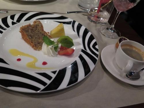 お勧めスイーツ(胡桃のケーキとフルーツ)、エスプレッソ