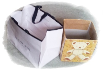 夫の仮置き紙袋と箱