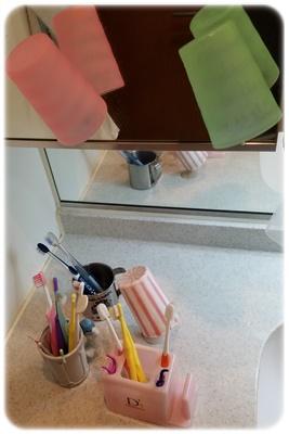 洗面台のコップと歯ブラシ立て