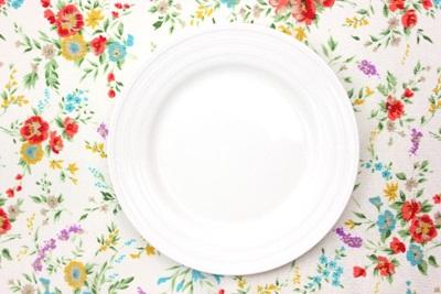 テーブルと皿