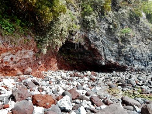 真鶴 岩海岸 海食洞 酸化鉄