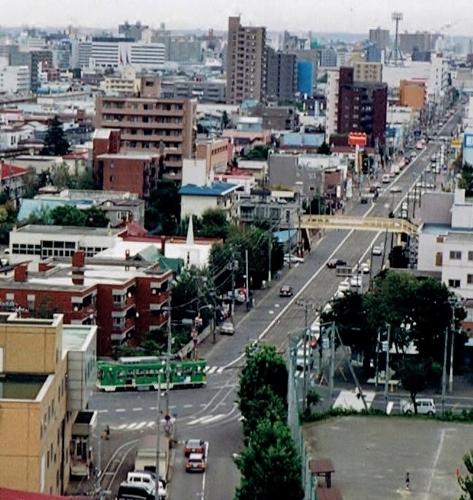 藻岩山麓から電車通りを眺望 五差路付近2000年