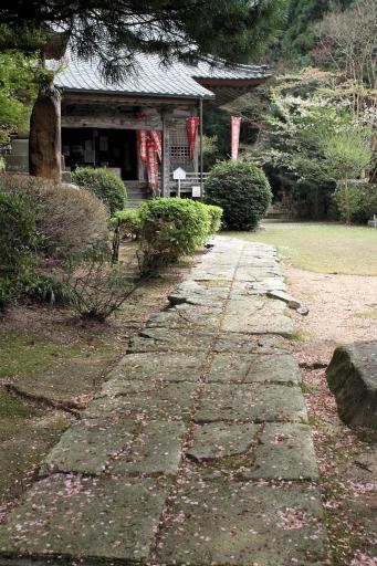 巌倉寺の本堂前