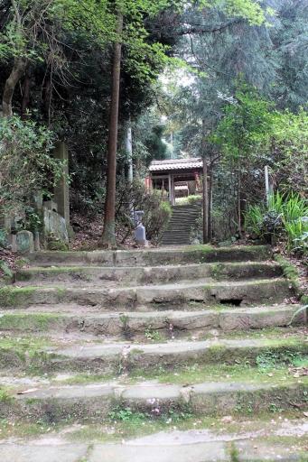 巌倉寺の参道と仁王門