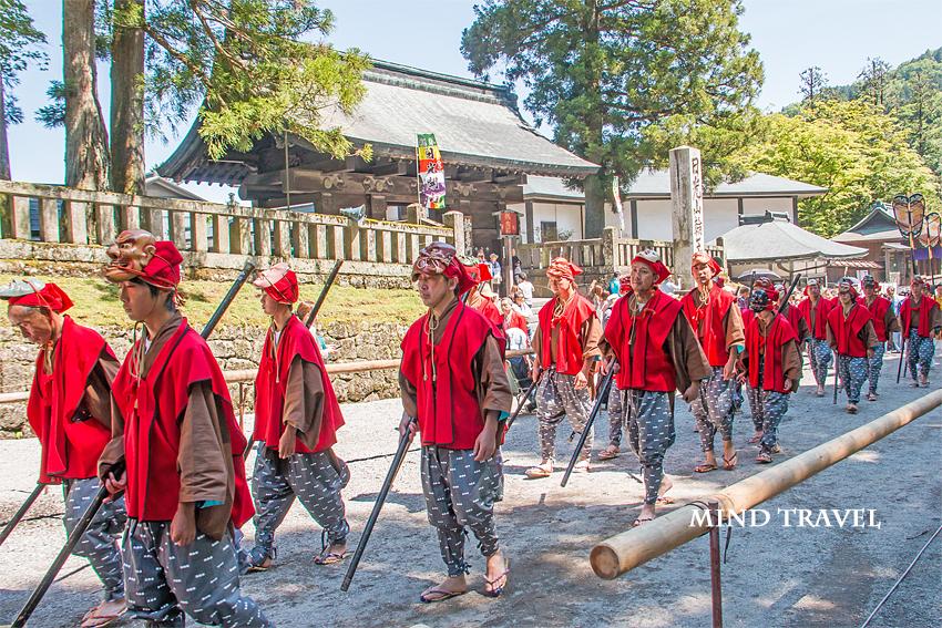 日光東照宮 百物揃千人武者行列 お面を被った人々