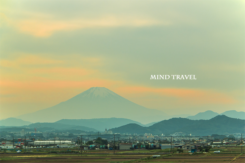 新幹線より富士山を望む