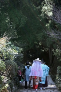 古式衣装で古道を歩くカップル