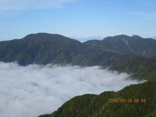 国師岳と金峰山(中央奥に南アルプス白峰三山)