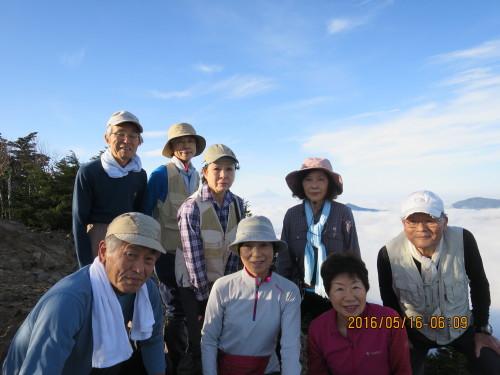 富士山(中央薄い)をバックに