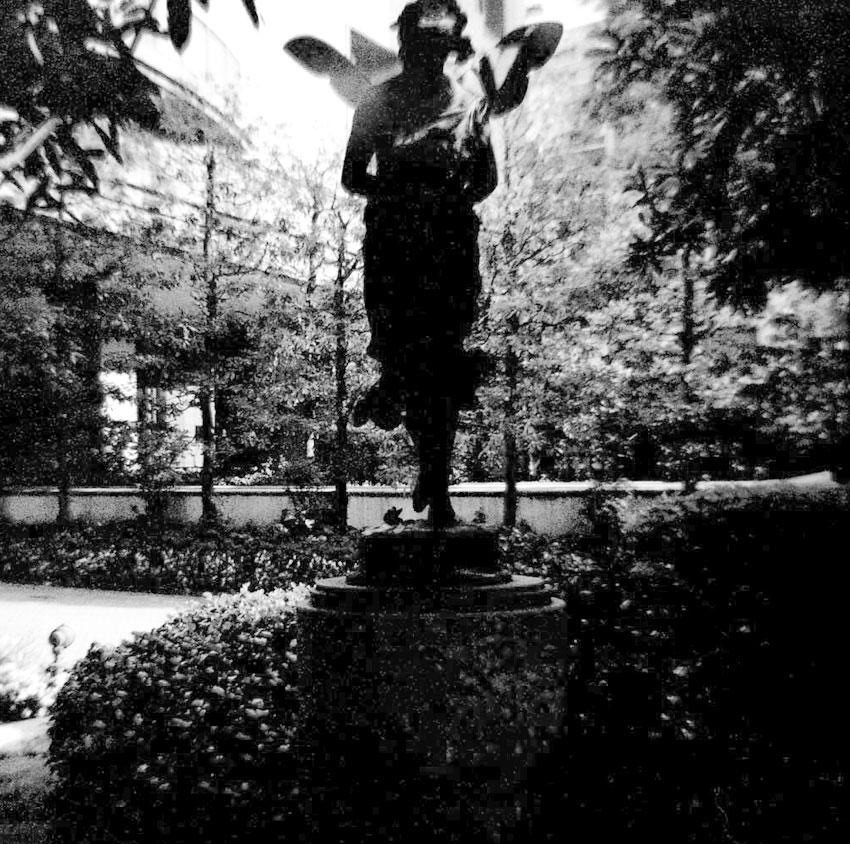 木立の中の像