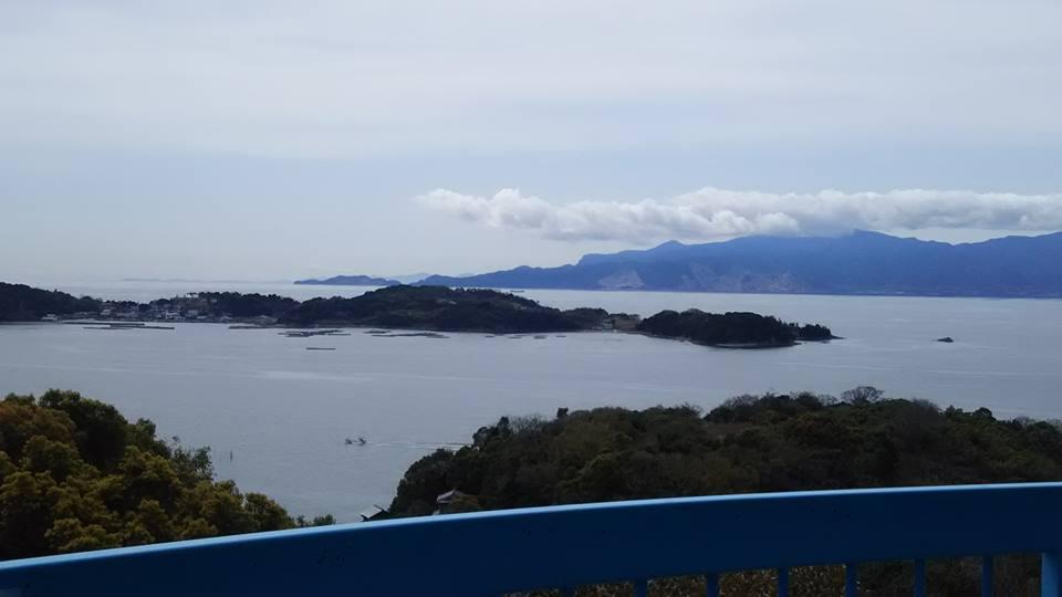 手前の大多府島と小豆島