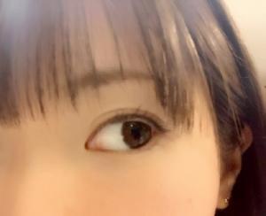 女性の大きな目