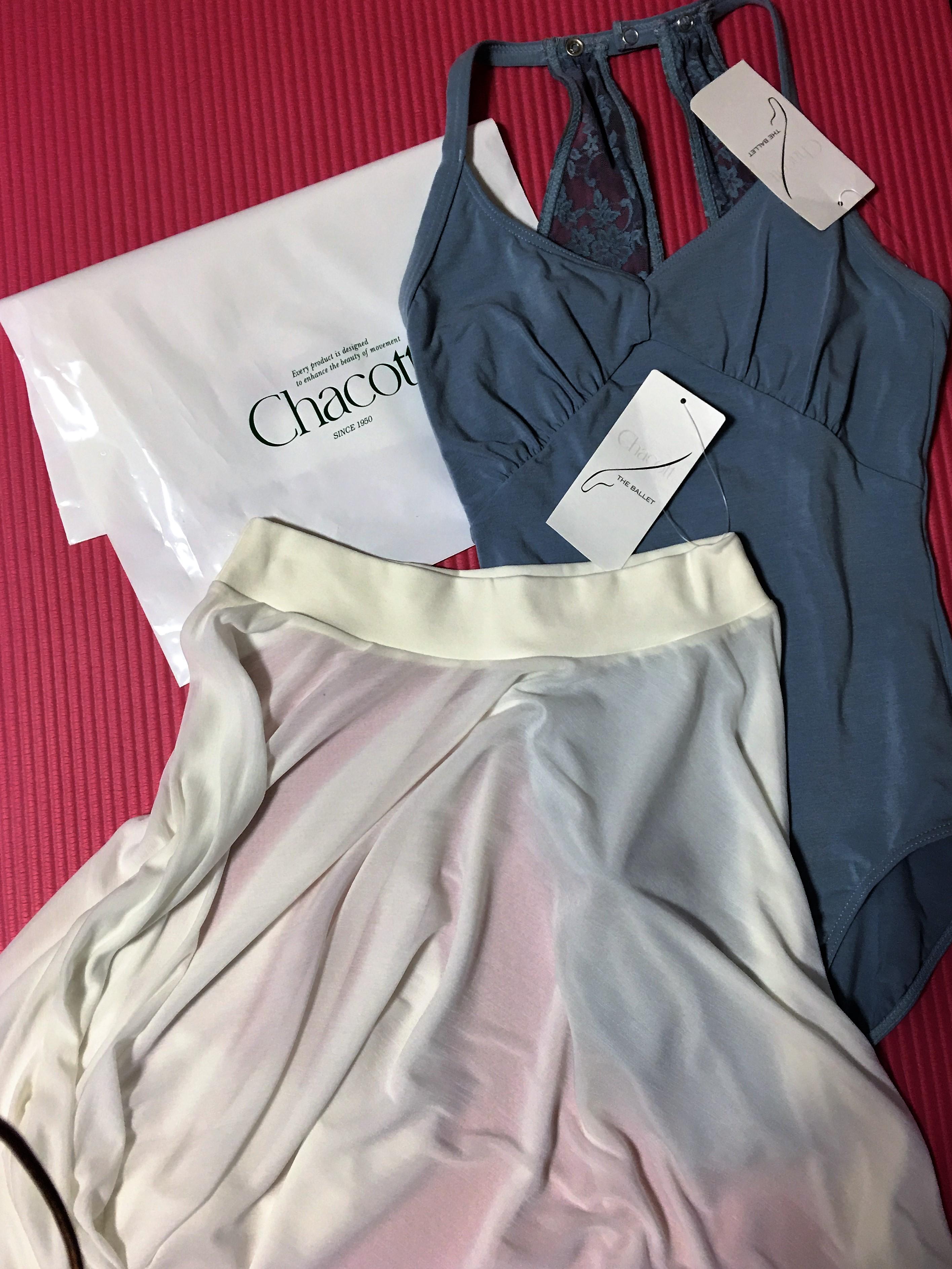 レオタードと白いスカート