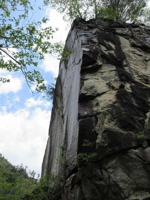 IMG2646JPG林道の大岩壁