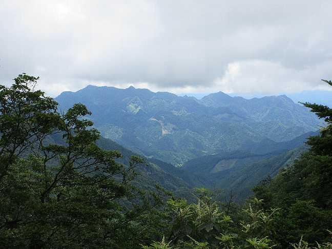 IMG4058JPG露岩より犬ケ岳山塊