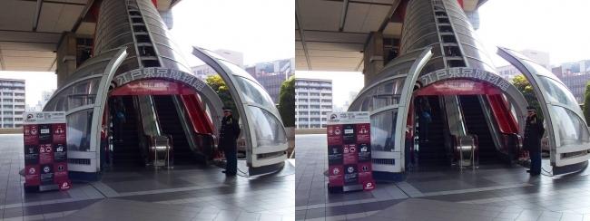 江戸東京博物館外観 入場エスカレーター(平行法)