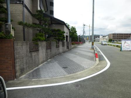 対岸道路形状、赤色縁石部分 C