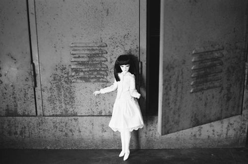 PARABOX、27cmS.Bボディ、弥勒ヘッド、メイクカスタム、自作のお洋服で、廃墟風スタジオでの撮影会に参加して、フィルムカメラで写真を撮りました