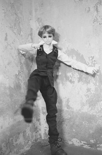 PARABOX、27cmスリム、弥勒ヘッド、メイクカスタム、京極夏彦の小説「百鬼夜行シリーズ」の榎木津礼二郎をイメージしたドールを廃墟風スタジオでの撮影会に連れて行き、フィルム一眼レフカメラで写真を撮りました