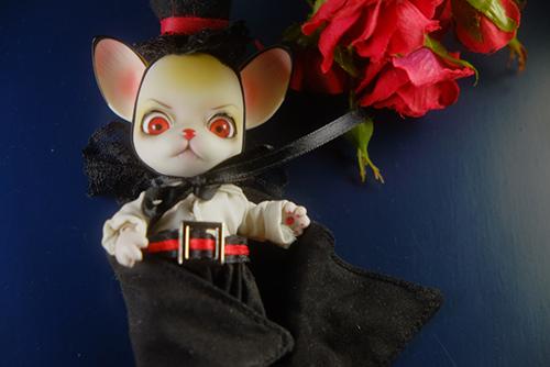 球体関節人形の動物ドール、パンジュ・ブラックルシアン、自作のブラウス試作品を着せて、カッコイイ吸血鬼のつもり
