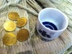 140902ぽんしゅ館(越後湯沢) (5)コインと猪口 jpg