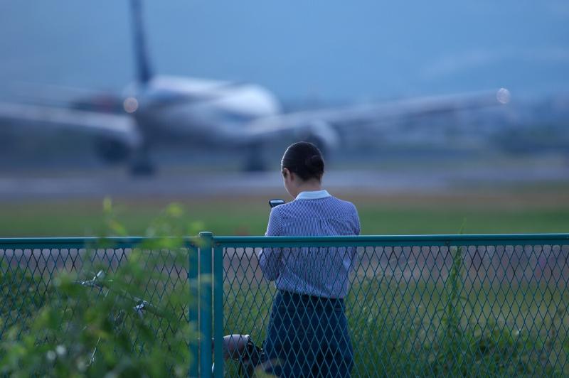 千里川堤防 夜の飛行機を見る女性