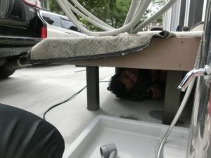 狭い、潜る、エアコン工事