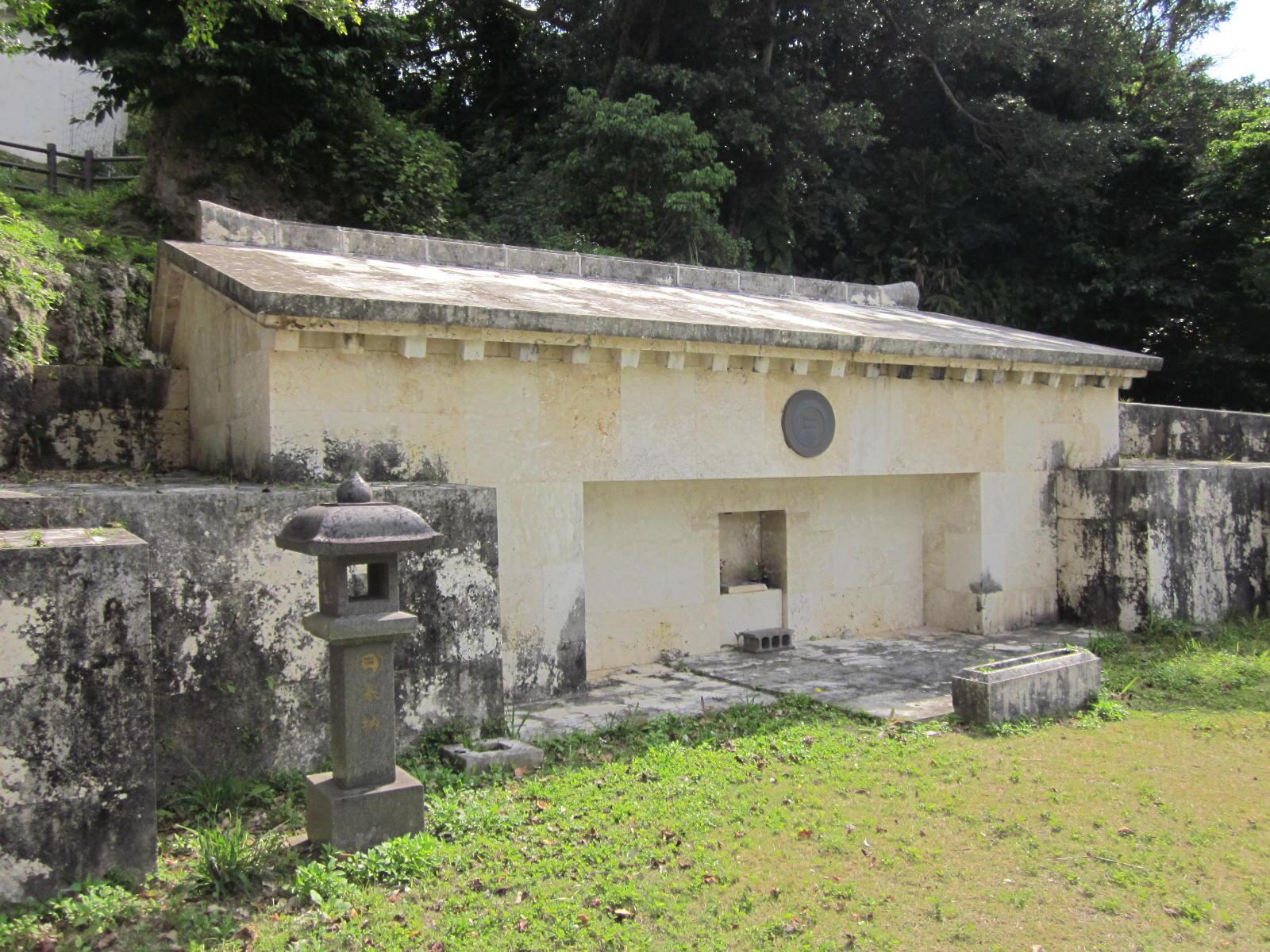 儀間真常の墓