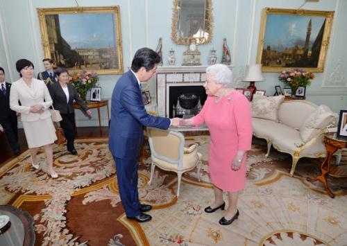 Queen-Elizabeth-Shinzo-Abe-Akie-1.jpg