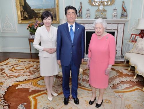 Queen-Elizabeth-Shinzo-Abe-Akie-2.jpg