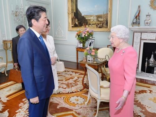 Queen-Elizabeth-Shinzo-Abe-Akie-4.jpg
