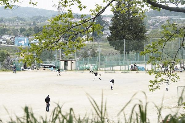 山にかこまれた野球場