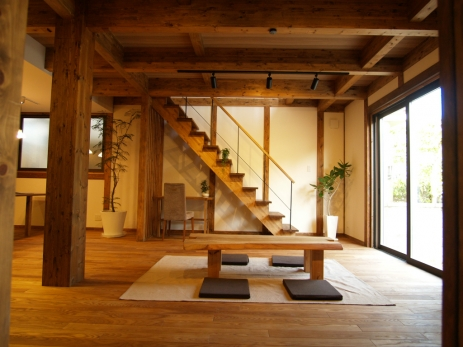 リビング アイアンと木製手すりのオープン階段