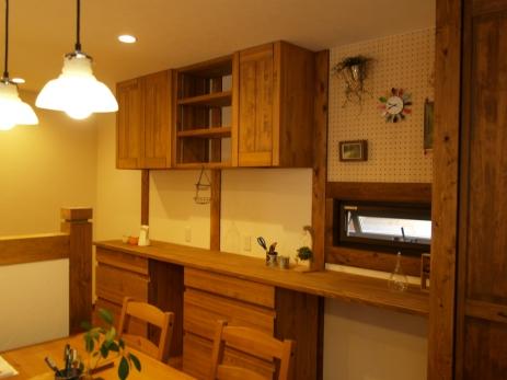 キッチン造作収納 。壁面有孔ボードは気分に合わせてオシャレに飾り付け。