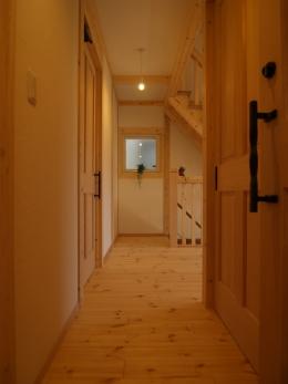質感を活かした2階の床はパイン。照明も裸電球で飾らずシンプルに。