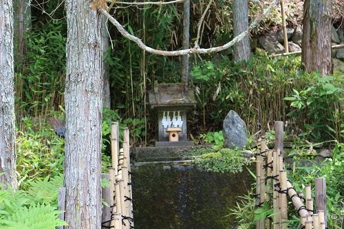 御神水の奥にある祠