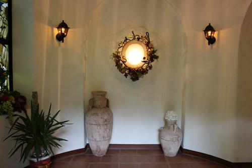少しヒンヤリと感じるセラー内は、【呼吸する壁】琉球漆喰を使用しています。
