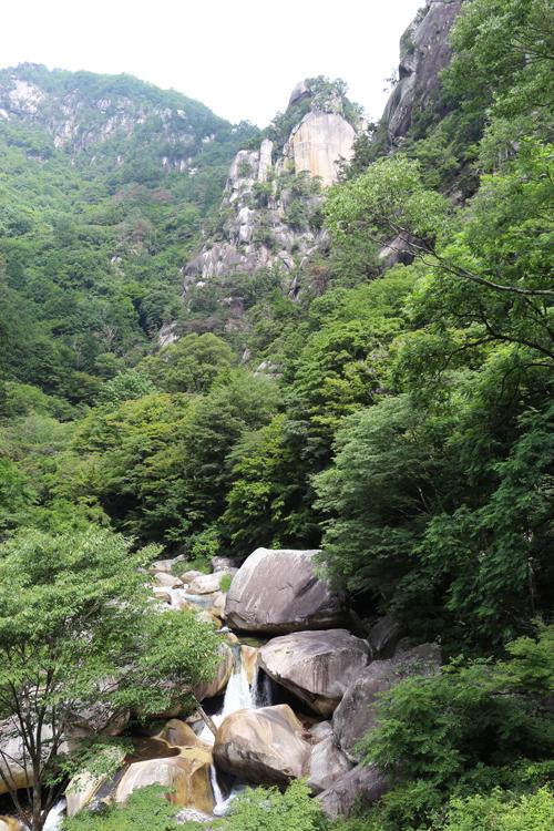 金渓館 からの眺め 覚円峰 (1)