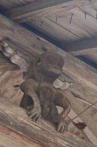 随身門の中央上部にある猿の木像