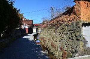 飯田家住宅横の鼻ぐり石と城構(とがまえ)の石垣