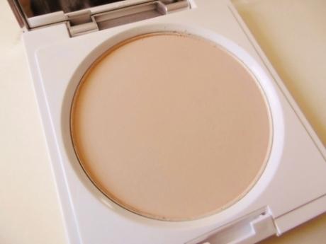 シミ、シワ、毛穴をカバーして透明感のあるキレイな肌に!美容液ファンデーション【薬用クリアエステヴェール】