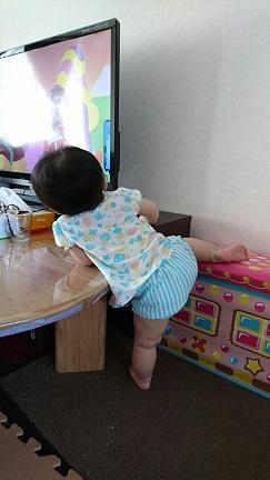 足挙げながらテレビを見る