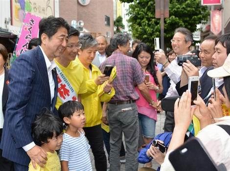 20160627_有権者らとの写真撮影に応じる安倍晋三首相(470x349)
