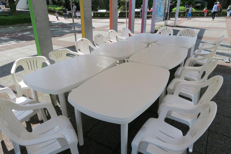 動物園の入り口テント内に新しいテーブルとイスが登場
