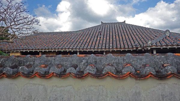 石垣やいま村 屋根瓦の美しさ