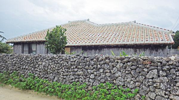 石垣と赤い屋根